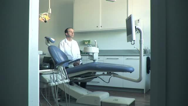 اورال بی، دندانپزشک تان را چشم انتظار نگه دارید