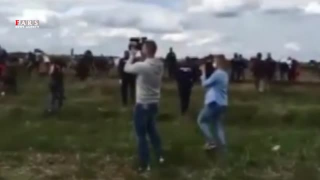 لگد زدن خبرنگار زن مجارستانی به آوارگان پناه جو