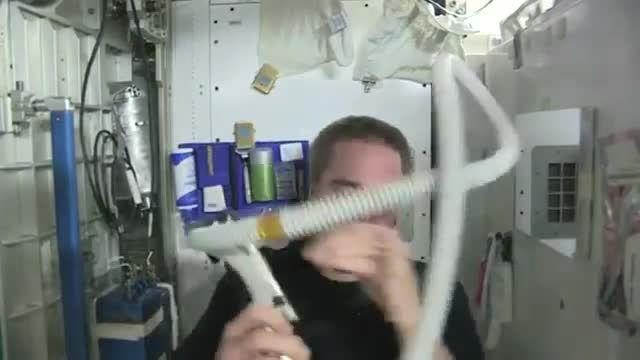 برای اصلاح کردن موی سر در فضا باید چه کار کنیم ؟