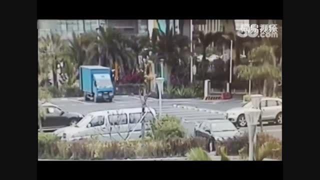 لحظه سقوط مرگبار 2 مرد از ساختمانی بلند!!
