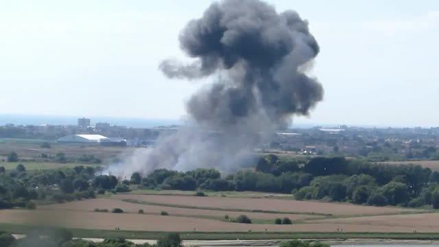 لحظه سقوط هواپیمای نظامی در انگلیس