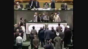 زد و خورد علی مطهری با نمایندگان معترض