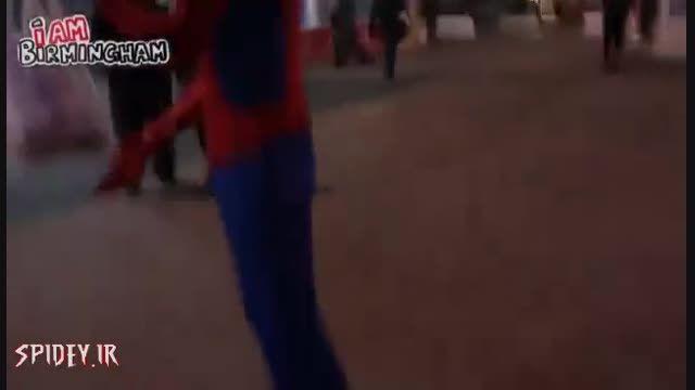 كمك مرد عنكبوتی ناشناس به نیازمندان شهر!