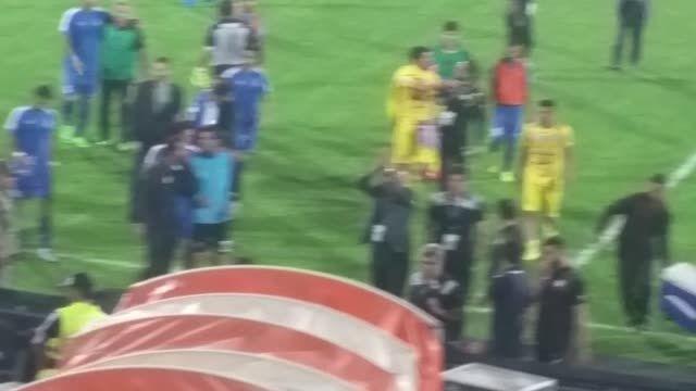 تشویق علیرضا منصوریان پس از پایان بازی توسط هواداران