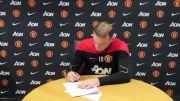 لحظه ی امضای قرارداد توسط Wayne Rooney