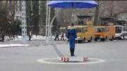 حرکات عجیب  و خنده دار یک زن پلیس ترافیک در کره شمالی