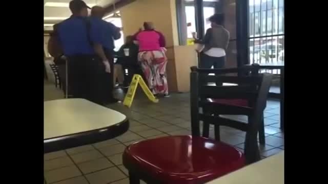واکنش عجیب دو زن آمریکایی به تمام شدن غذا!