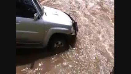 عبور اتومبیل از رودخانه