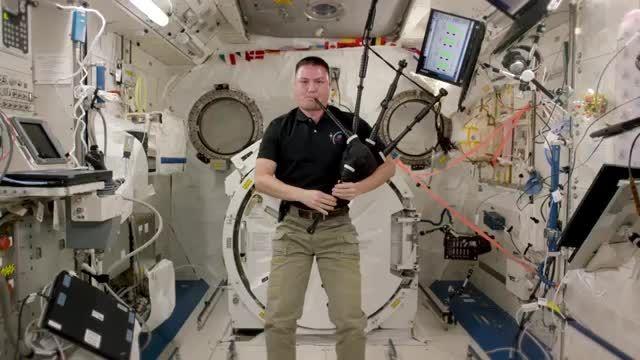فضانورد ناسا به Kjell لیندگرن بازی می کند گریس شگفت....