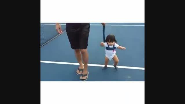 تمرین راه رفتن شادمهر عقیلی با دخترش