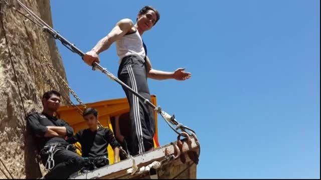 انجام حرکات ورزشی خطرناک,بدون حمایت در ارتفاع 60 متری!