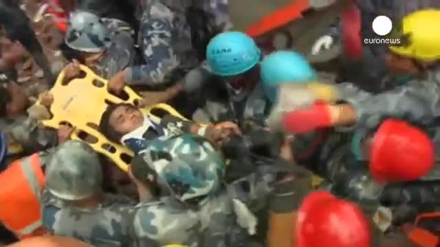 نجات یک نوجوان پانزده ساله و یک زن سی ساله از زیر آوار