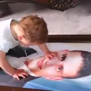 گریه کردن بچه شیرخواره بر عکس پدر شهیدش