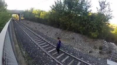 خوابیدن روی ریل قطار :|
