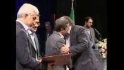 اعطای نشان درجه یک فرهنگ و هنر به داریوش ارجمند و اکبر عبدی توسط رئیس جمهور