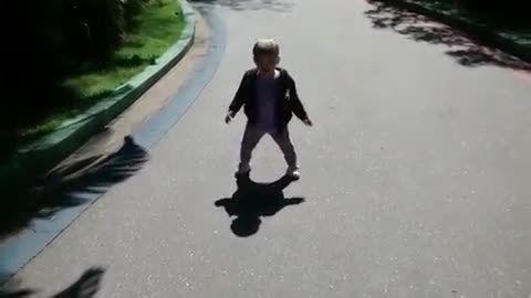 این کودک از سایه خودش هم می ترسد