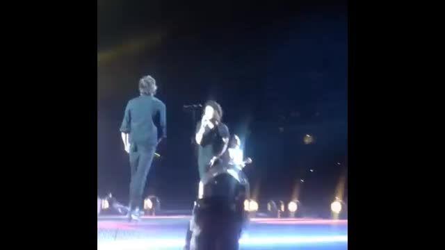 اینجا هری میاد یه کاری بکنه میبینه خانوادش نشستند