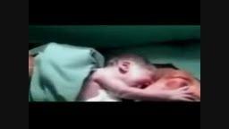 نوزادی که حاضر به جداشدن از مادرش نیست