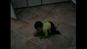 رونیکای یک ساله در حال خانه تکانی