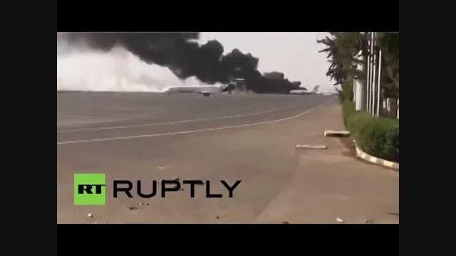 جنگنده های سعودی باند فرودگاه صنعا را بمباران کردند
