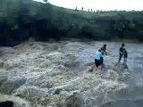 فیلم دلخراش پرت شدن اعضای یک خانواده از آبشار 50 متری