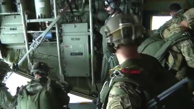 پرش نیروهای ویژه Green Berets از هواپیما