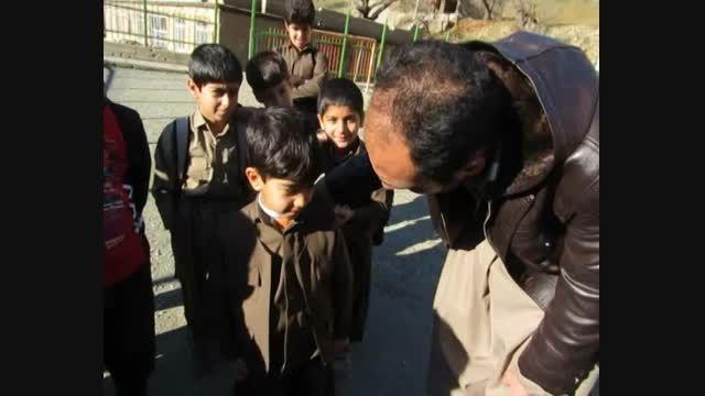 گریه کودک هورامانی لباس نو به تن همکلاسهایش پوشید