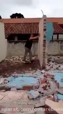 پهلوانی که دیوار را انداخته ولی دیوار روی خوداو افتاده
