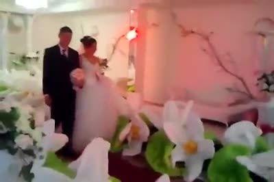 شكفتن گل جلوی پای عروس و داماد