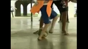 فوتبالیست کوچک که پاهای عجیب دارد