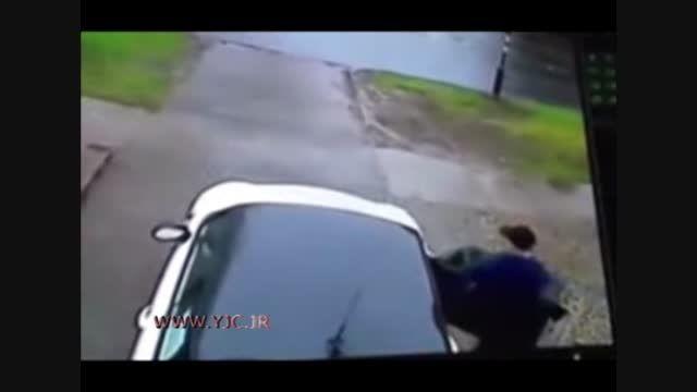 سرقت خودرو پس از زیر گرفتن راننده!!!!