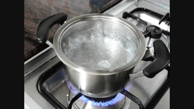 چند دلیل برای اینکه روزانه یک لیوان آب جوش بخورید