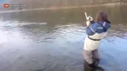 یه ماهی گرفتن اینقدر جیغ نداره که اخه
