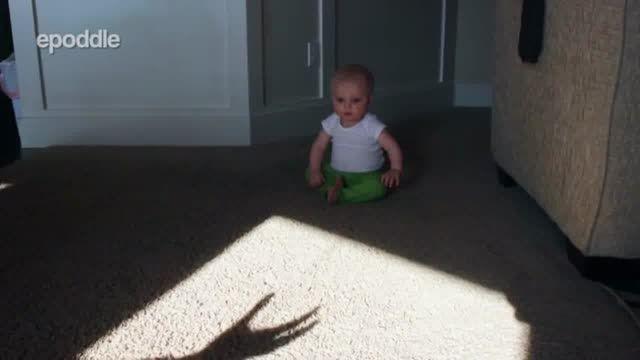 ترس کودک از سایه دست مادرش