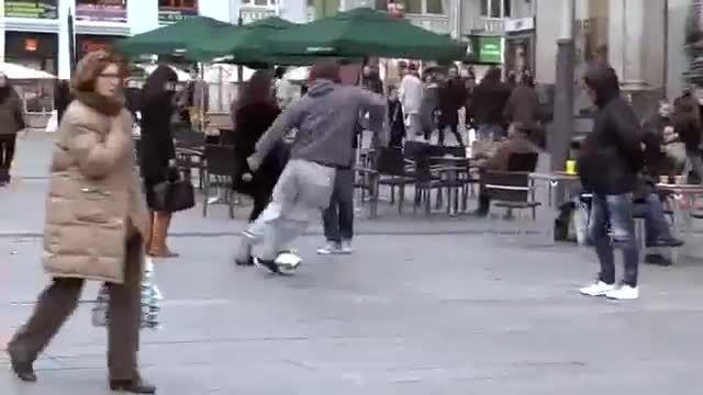 فوتبال بازی کردن کریستیانو رونالدو با مردم در لباس مبدل