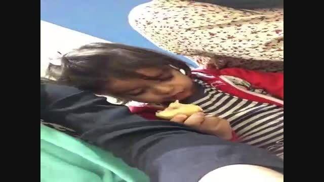 هلو خوردن دختر بچه خوابالو
