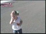 این دختر بچه از سایه ی خودش می ترسه!!!