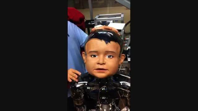 رباتی با چهره بچه و توانای لبخند زدن