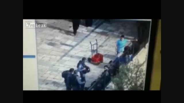 لحظه چاقو خوردن سرباز اسرائیلی توسط جوان فلسطینی