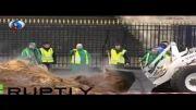 ویدیو؛ 20 تن کود حیوانی در برابر پارلمان فرانسه!