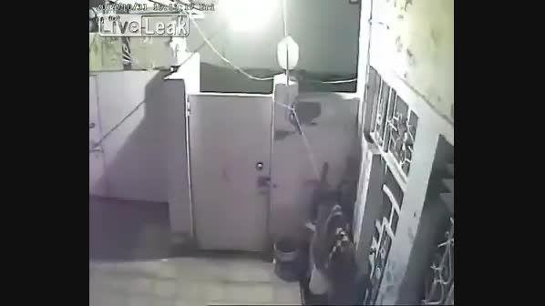 فیلم دستگیری یک دزد توسط صاحبخانه در ایران!