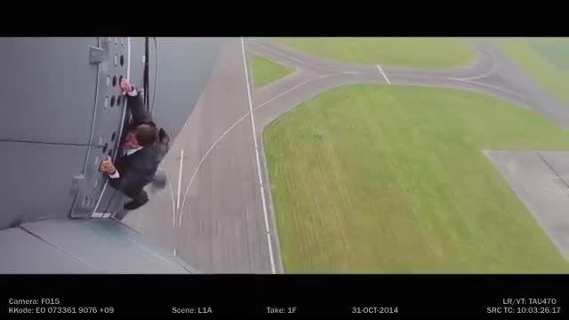 ویدیو تام کروز که برای فیلمی از هواپیما آویزان شد