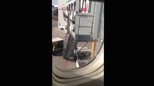 پرتاب چمدان ها هنگام تخلیه بار!