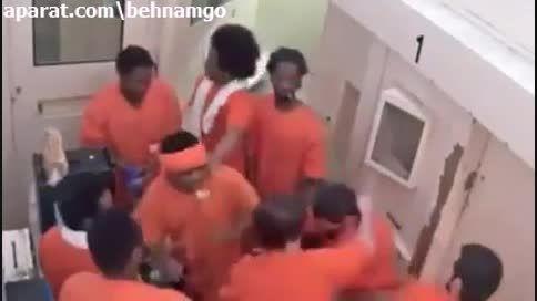 دعوای وحشتناک و فجیع زندانیان آمریکایی 2نفر به1 نفر