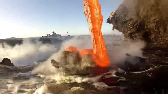 صحنه نزدیک و بسیار شفاف از ریختن گدازه های آتشفشان