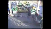 کلیپ آتش گرفتن اتومبیل در پمپ بنزین توسط امواج موبایل