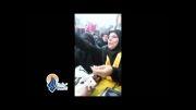 بانو ام علی در کنار تابوت فرزند شهیدش شیرینی پخش می کند