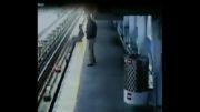 سقوط دلخراش کودک روی ریل مترو!!