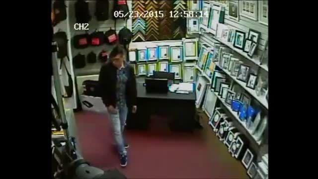 دزد موذی لب تاپ از مغازه دوستش