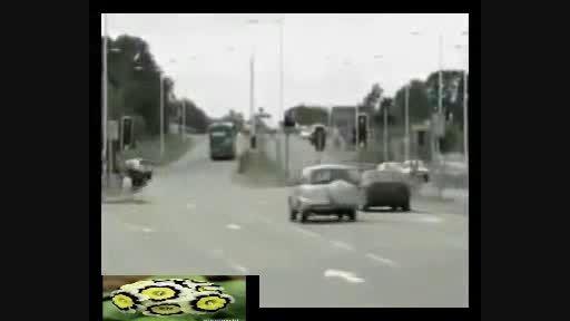 هیجان انگیز برخورد نکردن اتومبیل ها در تقاطع